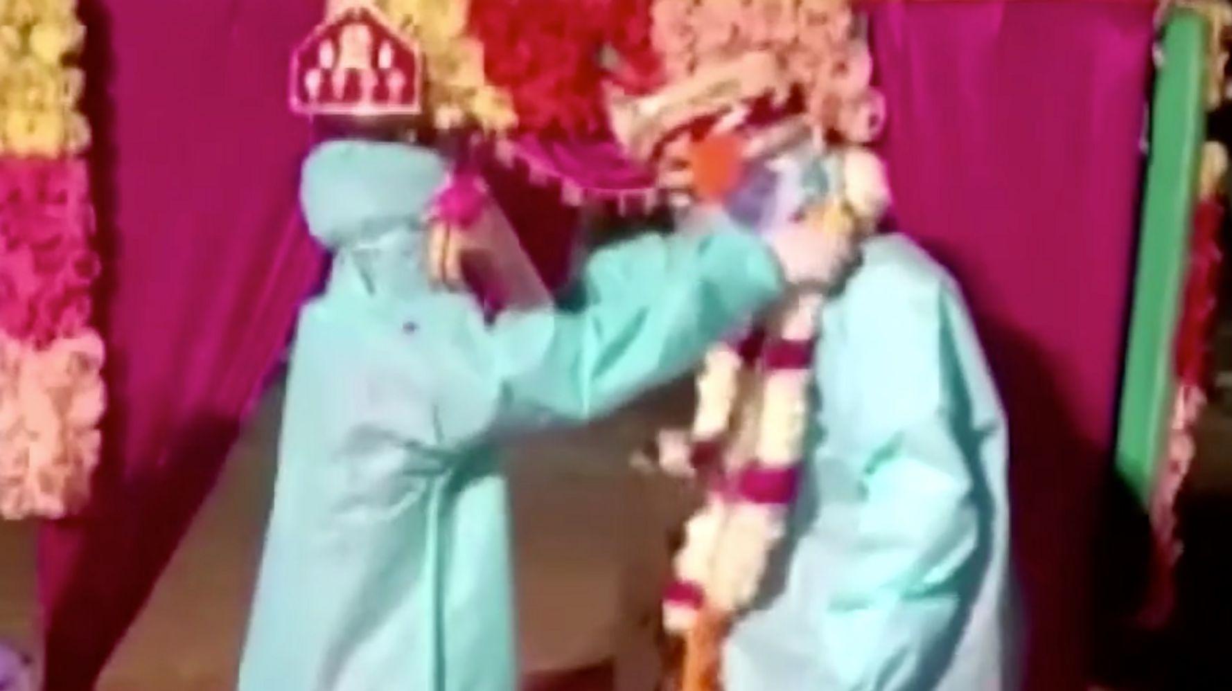 Prueba positiva de novia india para COVID-19, se casa con traje de materiales peligrosos