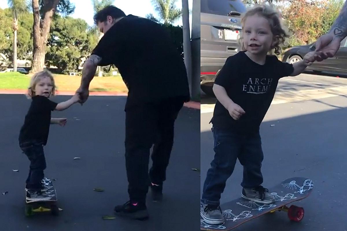 Mira a Bam Margera enseñarle a su hijo de tres años a patinar